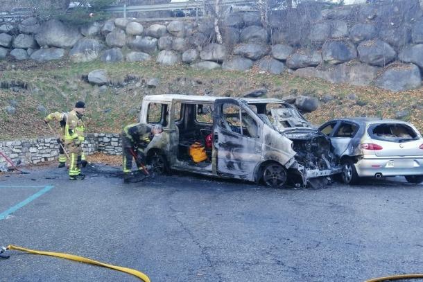 La furgoneta ha resultat calcinada i el cotxe cremat.