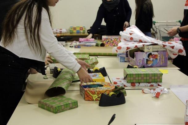 Joves voluntaris emboliquen regals.