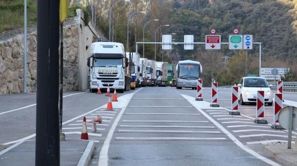 Camions fent cua per entrar al país a la duana hispanoandorrana.