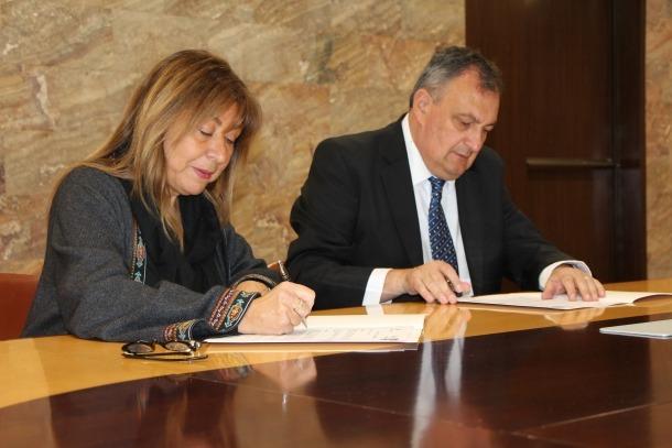 Conxita Marsol i Gustavo Gennuso en el moment de la signatura de l'acord.