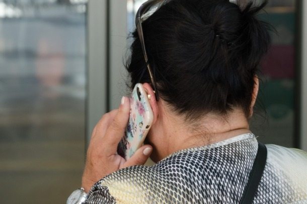 Una persona parlant a través del telèfon mòbil.