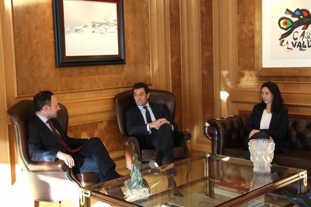 El cap de Govern, Xavier Espot, durant la trobada amb els cònsols d'Ordino, Josep Àngel Mortés i Eva Choy.