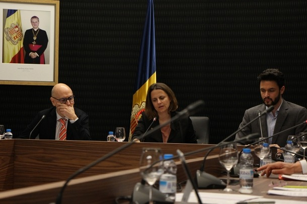 Els cònsols major i menor d'Escaldes-Engordany, Rosa Gili i Joaquim Dolsa, durant la sessió de consell de comú.