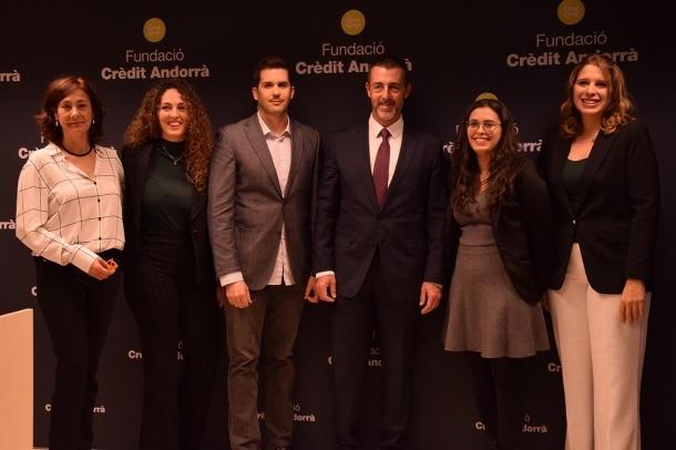 Els becats en les darreres edicions amb la directora de la Fundació Crèdit Andorrà, Francesca Ros, i el president de Crèdit Andorrà, Antoni Pintat.