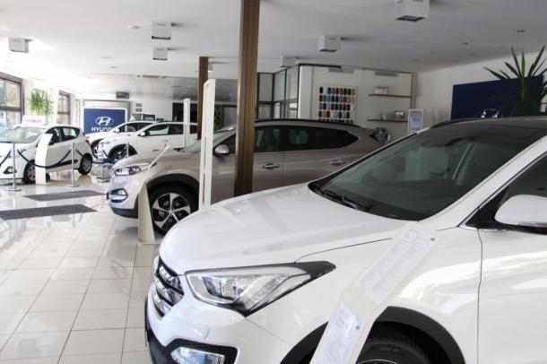 Vehicles a la venda en un concessionari.