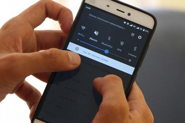 Un usuari observa el telèfon mòbil.