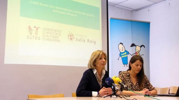 Inés Martí i Carolina Pastor, en la presentació del llibre blanc de l'autisme.