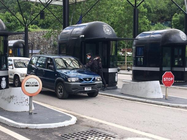 La policia espanyola atura un vehicle andorrà.