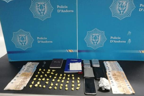 Els diners, la cocaïna i altre material intervingut per la policia.
