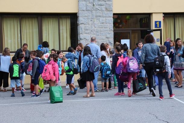 Alumnes a l'exterior de l'escola andorrana de Sant Julià de Lòria el primer dia del curs passat.