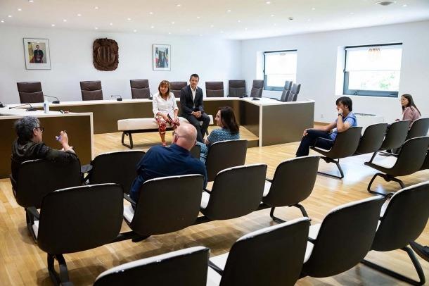 Un moment de la reunió dels cònsols d'Andorra la Vella, Conxita Marsol i David Astrié, amb els comerciants.