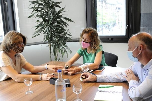 La ministra de Medi Ambient, Agricultura i Sostenibilitat, Sílvia Calvó; el director del departament d'Agricultura, Josep Maria Casals, amb la productora de melmelades d''El Pastador', Sònia Cano.