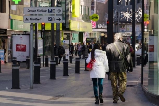 Ciutadans passejant per l'avinguda Meritxell.