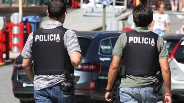 Dos efectius de la policia.