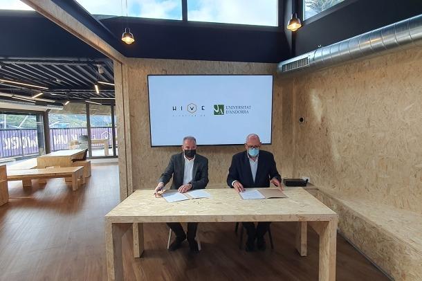 El rector de la Universitat d'Andorra, Miquel Nicolau, i el fundador d'Univers Bomosa, Bonaventura Mora, durant la signatura de l'acord.