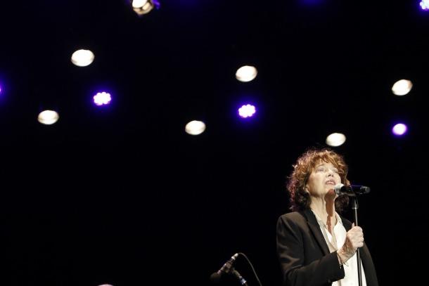 La cantant britànica debutava ahir al país; no hi havia tocat mai en prop de mig segle de carrera.