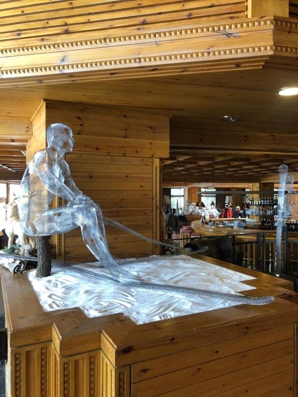 Dos dels esquiadors que Toni Cruz exposa fins diumenge a l'Sport Village coincidint amb la Copa del Món.