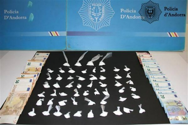 Els embolcalls amb els 49,7 grams de cocaïna i els diners decomissats per la policia en l'operació 'Espai'.