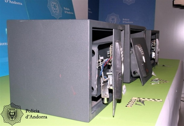 El detingut va forçar tres caixes fortes.