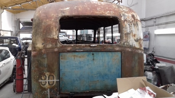 Vista posterior del vehicle: se li han retirat els vidres, que són els originals i que es muntaran de nou una vegada restaurats.