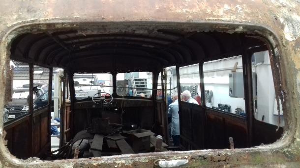 Interior de la cabina: el terra i el sostre són de fusta, que també s'ha de retirar abans del sorrejat; no s'han conservat els seients.