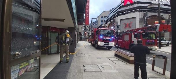 Els bombers desatllotjant un edifici a l'Avinguda Meritxell.