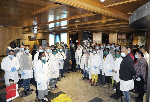 El grup de metges i infermers cubans en el moment d'arribar, aquesta matinada, a l'hotel que els acull.