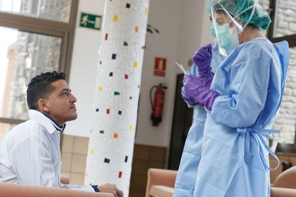 Un dels metges cubans espera perquè li facin proves per descartar que pateixi el coronavirus.
