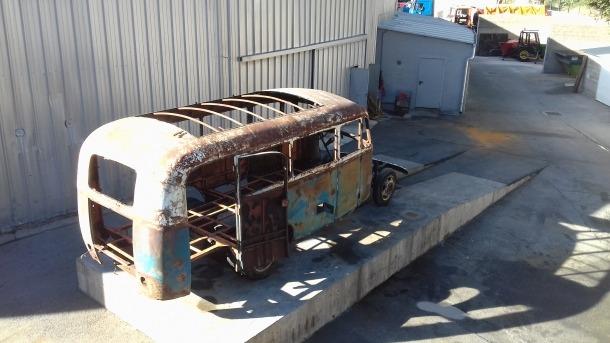 El vell Fargo va sortir ahir al matí del taller de la Comella on se l'ha deixat en els ossos; a baix, al pati del COEX, a l'antiga plaça de braus.