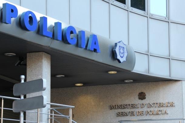 Detinguts dos homes per maltractament en l'àmbit domèstic, un a un menor