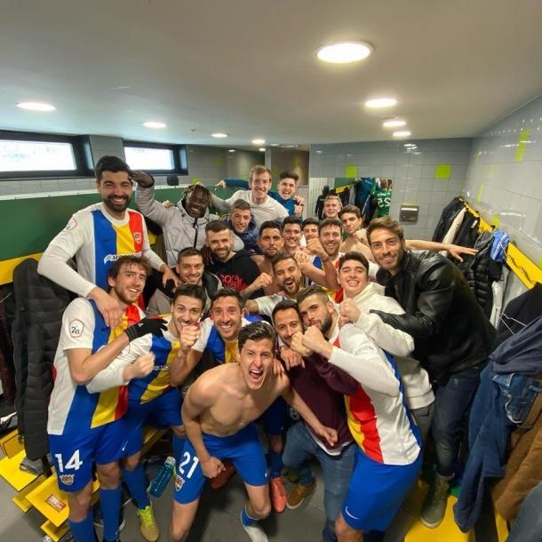 La plantilla de l'FC Andorra dins del vestidor.