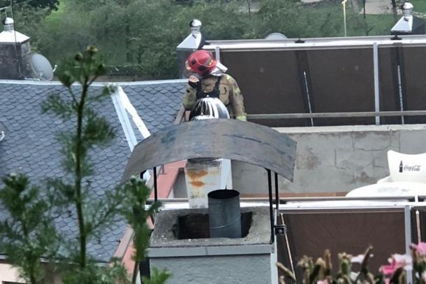 Un bomber a la part alta de l'edifici.