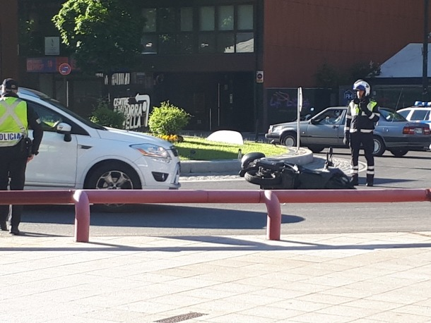 La moto que es va veure implicada en el sinistre, encara a terra.