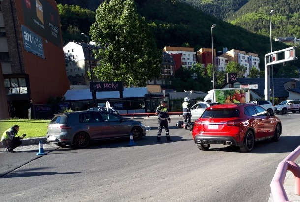 La topada va tenir lloc entre un VW Tiguan de color gris i una moto tipus Scooter.