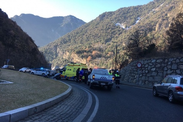 Dos residents de 29 i 23 anys resulten ferits lleus en dos accidents de circulació a Andorra la Vella El Servei Mèdic Urgent atenent el motorista accidentat a la Margineda.