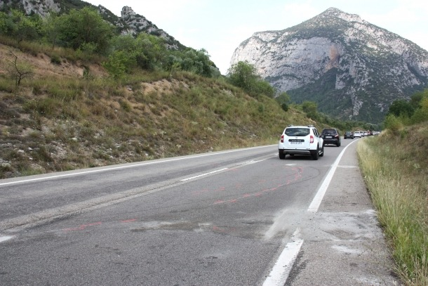 Marques que hi ha a la calçada al quilòmetre 158 de la C-14 a Coll de Nargó, on hi ha hagut un accident entre dos turismes.