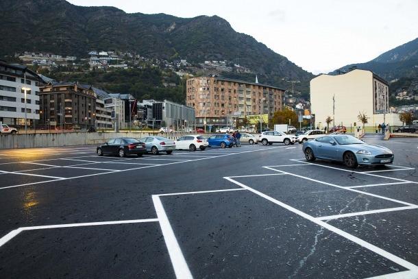 Vehicles estacionats a l'aparcament Valira.