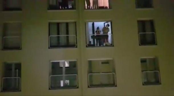 Veïns de la capital surten al balcó per aplaudir i donar suport al personal sanitari.