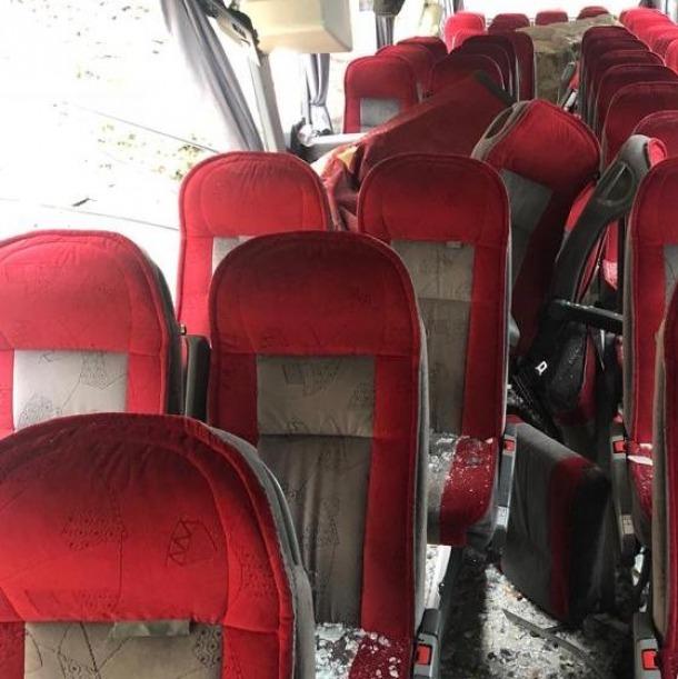 Un despreniment de grans blocs de pedra inutilitza un autobús de l'aparcament de Viatges Espanya a Sant Julià; no hi ha ferits