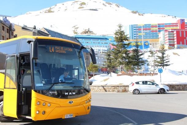 Un dels nous autobusos de les línies regulars de transport.