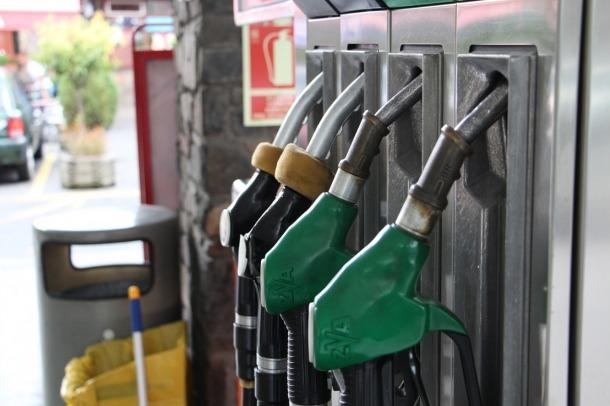 ANA/Mànegues de repostatge d'una gasolinera.
