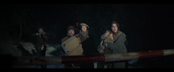 Aida Folch i el grup de refugiats, conduïts pel passor que encarna Isak Férriz, arriben a la frontera del Pas.