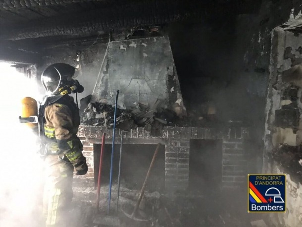 Incendi en un àtic al Pas de la Casa Un bomber treballa en l'àtic cremat aquest matí.