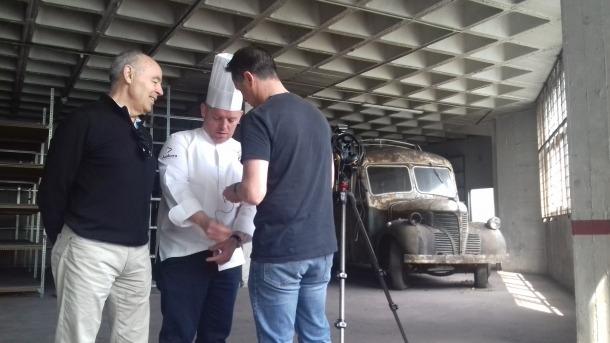 Benet i Flinch preparen amb el càmera de la productora Carrota l'espot amb què promouran a les xarxes el 'fargomenú'.