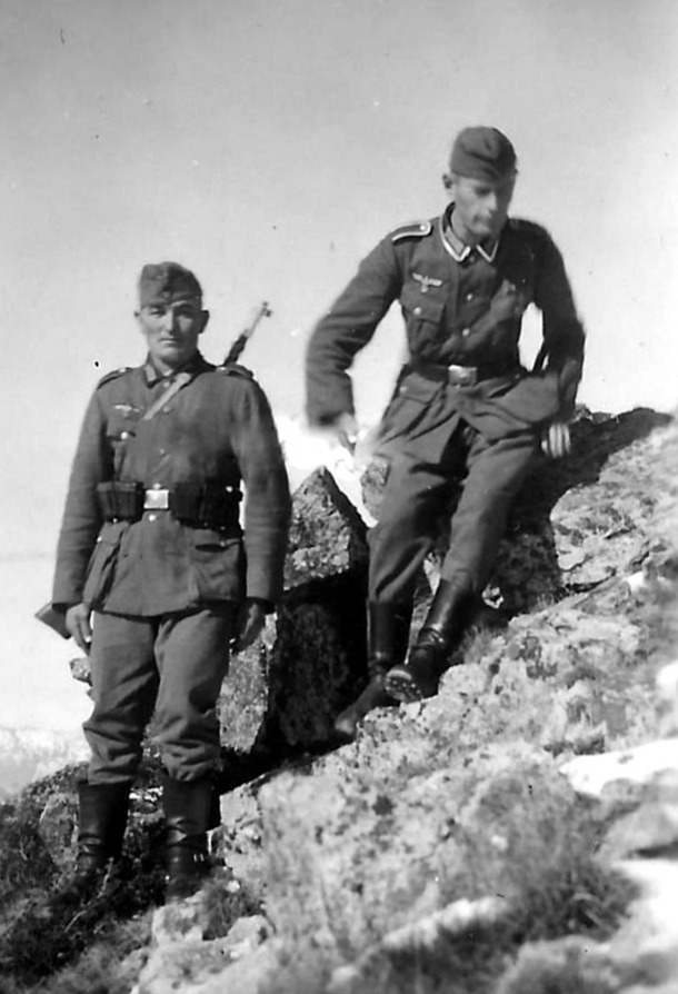Dos dels soldats alemanys retratats al Pas: el de l'esquerra sembla el tercer de la dreta de la fotografia de la barrera..