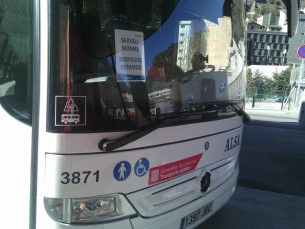 Un autobús que cobria els serveis mínims aturat a l'Estació Nacional d'Autobusos, ahir.