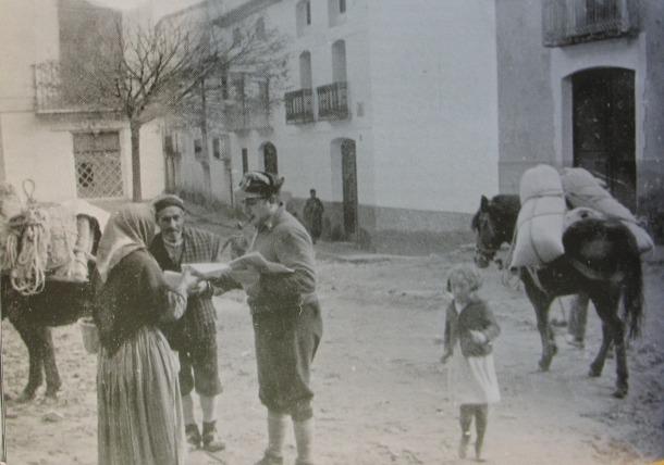 Lluís Capdevila reparteix propaganda a la localitat d'Alcanyís, en els seus temps de comissari durant la Guerra Civil espanyola.