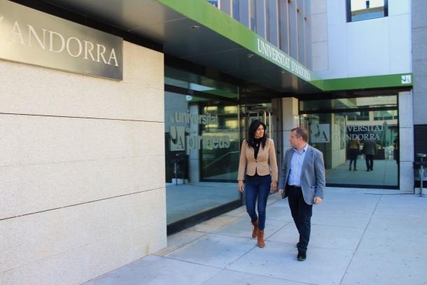 Carine Monatner i Josep Majoral ahir davant la Universitat d'Andorra.