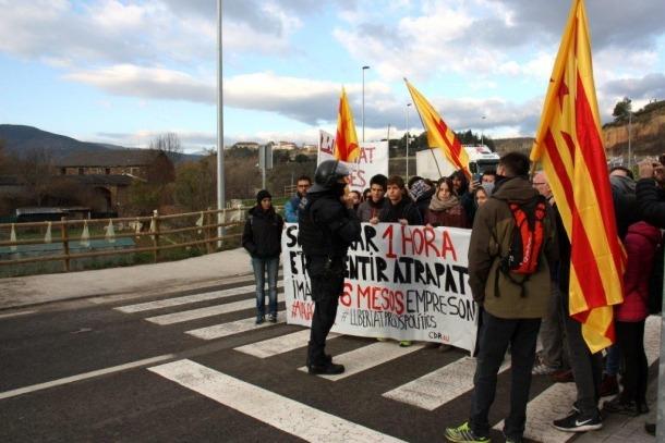 Els manifestants a l'entrada de la Seu d'Urgell.