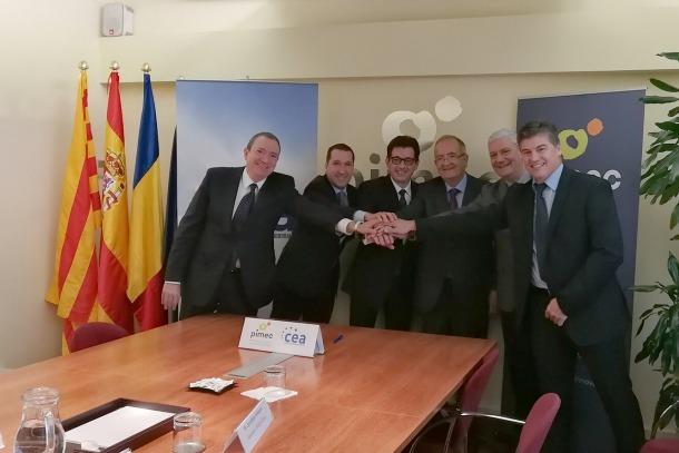 Representants de la CEA i de la PIMEC, després de la signatura del conveni.